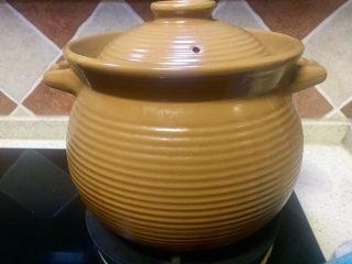 唯爱炖鸡~白果肚子松茸多鲜土鸡汤,砂锅加5L水放入老姜熬汤