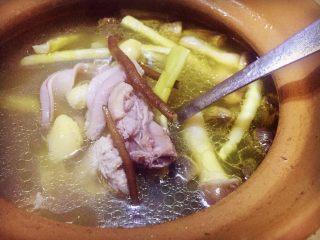 唯爱炖鸡~白果肚子松茸多鲜土鸡汤,一小时后鸡肉和肚子都已经炖好了,土鸡的黄油漂浮锅面了,好香(如果觉得还不耙软,可以再接着炖,喜好自己调节)