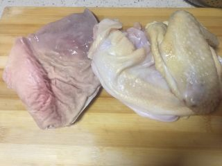 唯爱炖鸡~白果肚子松茸多鲜土鸡汤,准备洗净的猪肚和土鸡 🐷猪肚清洗得是否干净无异味是非常关键的一点,直接影响汤的口感!很多食友都不知道猪肚怎么清洗,这点我在下面的注意事项里有详细说明,请大家仔细阅读