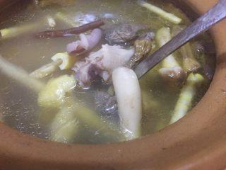 唯爱炖鸡~白果肚子松茸多鲜土鸡汤,中途需要把汤表面的泡泡去除两次