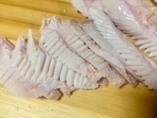 唯爱炖鸡~白果肚子松茸多鲜土鸡汤,因为猪肚炖汤后要回缩这样切法炖好后成品美观些。
