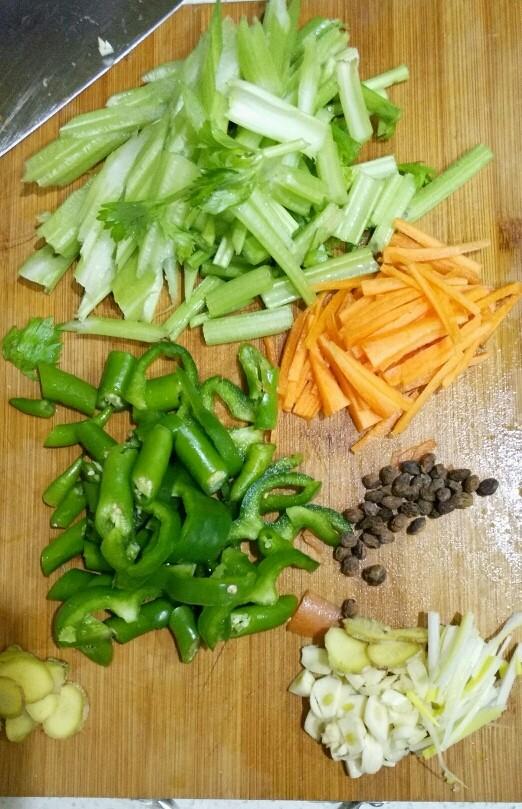 小炒肉,<a style='color:red;display:inline-block;' href='/shicai/ 125'>芹菜</a>,青椒,胡萝卜切好。葱姜蒜切片,豆豉用刀稍稍拍一下。