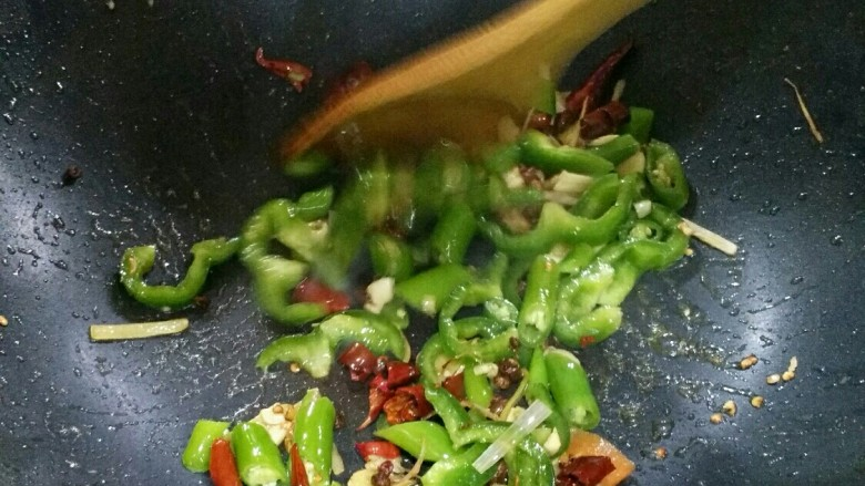 小炒肉,加入青椒
