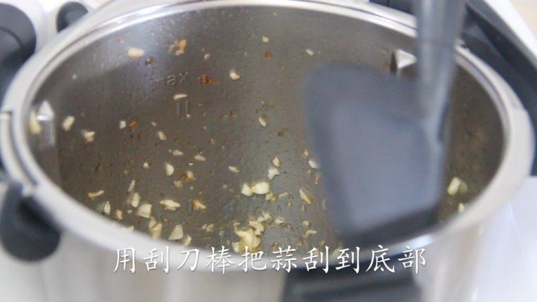 【美善品】避风塘炒虾,用刮刀棒把蒜刮到底部