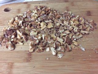 全麦坚果软欧,烤好的核桃晾凉用刀切碎,不要切太碎,大颗粒比较有口感的