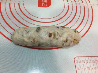 全麦坚果软欧,或擀成椭圆型从上往下卷起,捏紧收口朝下放入烤盘,盖上保鲜膜