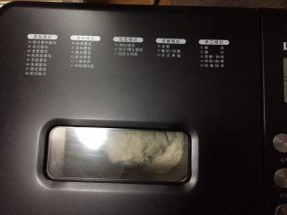 全麦坚果软欧,开启搅拌程序30分钟