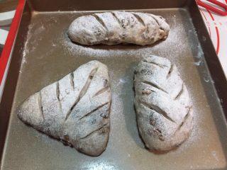 全麦坚果软欧,预热烤箱190度,热风循环功能(没有热风功能可以不开) 拿出发酵好的面团,筛上一层薄薄的高粉,用锋利的刀片划出你想要的形状