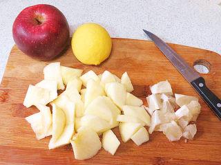 酸甜爽口的饮品---柠檬苹果汁,柠檬同样去皮,白的部分削干净,要么会有苦味;苹果柠檬切成小块
