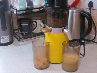 酸甜爽口的饮品---柠檬苹果汁,所有材料放入榨汁机内榨出汁来。苹果带渣吃最好,但偶尔调调口味也不为过吧