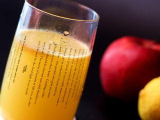 酸甜爽口的饮品---柠檬苹果汁,因为有柠檬的加入,苹果汁接触空气时间长些也不容易氧化
