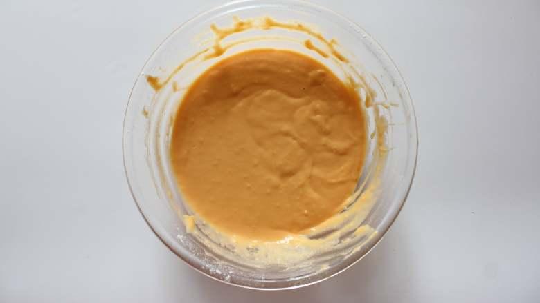 胡萝卜松饼(适合12个月龄以上的宝宝),翻拌均匀