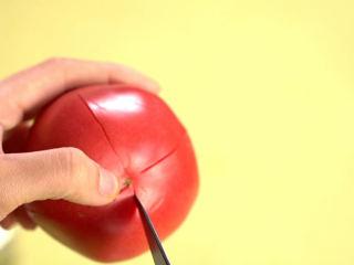 有了这道鸡肉饼,宝宝再也不馋油炸食品!,用刀在西红柿底部划十字,更容易去皮