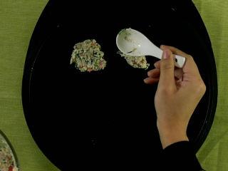 有了这道鸡肉饼,宝宝再也不馋油炸食品!,用勺子将面糊压圆