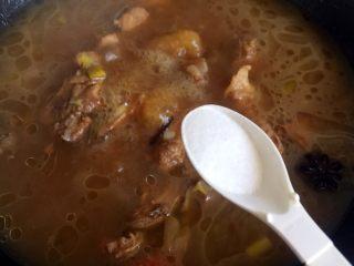 板栗烧排骨,大火烧开后转中火炖30分钟,排骨大约8成熟时放盐调味