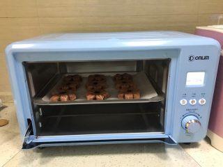 桃花酥,烤箱预热上管170度,下管175度,烤25分钟,中途烤到第10分钟时,加盖锡纸