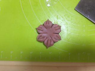桃花酥,每一瓣之间像里捏好,收尾处稍微整尖