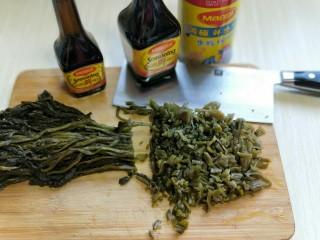 厨房挑战+素菜+雪菜炒毛豆,雪菜洗干净,切碎。