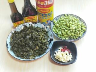 厨房挑战+素菜+雪菜炒毛豆,蒜去皮切碎。辣椒碎碎,