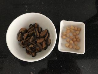 淡菜瑶柱排骨粥~健康养生靓粥,早上起来,准备好淡菜,瑶柱(我是给儿子中午煮的)