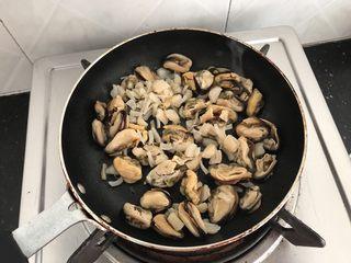 淡菜瑶柱排骨粥~健康养生靓粥,最关键的一步:关乎粥是否鲜美的秘诀 热锅,下少许油,把淡菜,瑶柱倒锅中,小火🔥慢慢烘炒干水份 当然不炒直接煲粥也可以,但我可以肯定的说,味道绝对没有烘炒的香,鲜!而且腥味大减!很多人不习惯吃海产品就是因为腥,所以这样做的粥又香又浓又不腥哟!