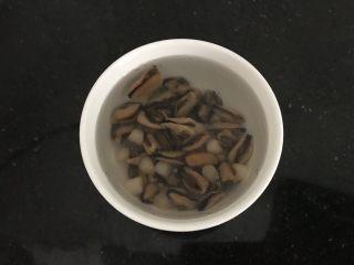 淡菜瑶柱排骨粥~健康养生靓粥,两材料一起先泡1小时,泡软 也可以分开泡,我为省事省一个碗具