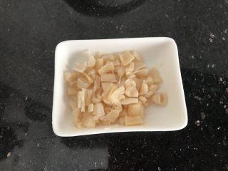 淡菜瑶柱排骨粥~健康养生靓粥,泡好的瑶柱稍微捏碎备用