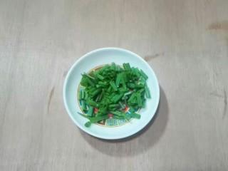 厨房挑战+荤菜+大蒜头黄豆酱烧鳊鱼,香葱分开切葱花一份