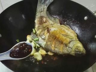 厨房挑战+荤菜+大蒜头黄豆酱烧鳊鱼,放一勺黄豆酱煎香