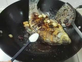 厨房挑战+荤菜+大蒜头黄豆酱烧鳊鱼,放一小勺糖