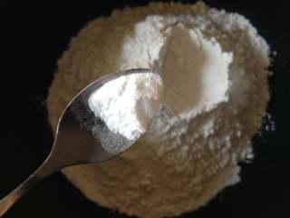 香脆小麻花,面粉里放入糖和小苏打,混合均匀