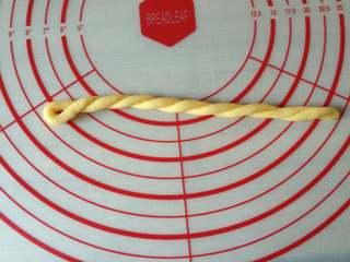 香脆小麻花,用左手的手指套进面条一头不动,右手超一个方向搓,使两股缠绕在一起(如图)