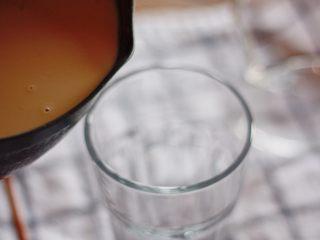 咕噜咕噜的珍珠奶茶🙈,将奶茶倒入准备好的杯子中