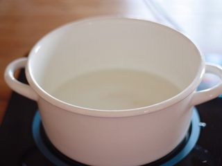 咕噜咕噜的珍珠奶茶🙈,首先呢我们来煮珍珠~冷水入锅烧开