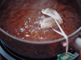 咕噜咕噜的珍珠奶茶🙈,水开后放入茶包,中火煮10min