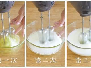 18m+红枣糕(宝宝辅食),下面打发蛋清,分三次打发,中速打即可,注意每次打的时候加入1/3的白糖,打到湿性发泡~