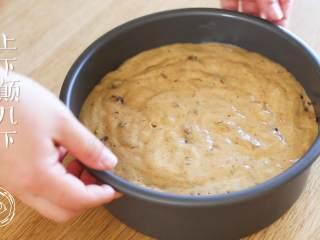 18m+红枣糕(宝宝辅食),面糊倒入模具中,上下颠几下,去除大的气泡~