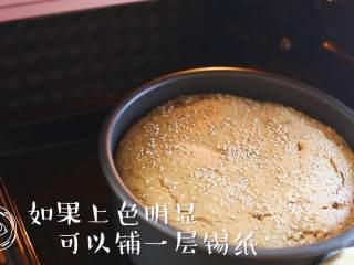 18m+红枣糕(宝宝辅食),取出来观察一下,如果上色明显可以铺一层锡纸,再继续放进去烤30分钟;如果上色一般就不用铺,跟我同款的烤箱不用铺哈~加起来烤的时间是50分钟左右~
