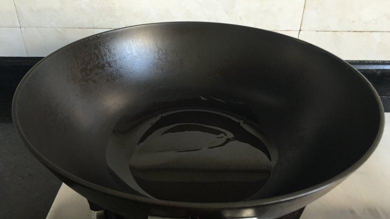 干锅土豆鸭头,锅热后倒入适量食用油;