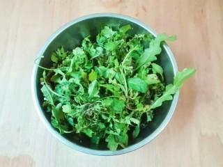 厨房挑战+荤菜+白荠菜猪肉大馄饨,荠菜挑起黄叶子,清洗干净