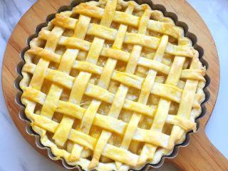 苹果派,烤定型刷上蛋黄,再继续放入烤箱