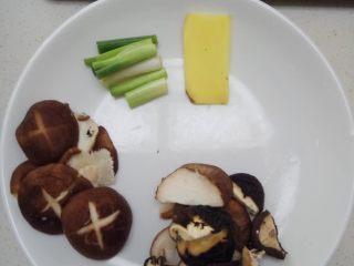 荷叶冬菇蒸滑鸡,3、第三步,干香菇切块(尽量切斜的,这样香菇出来的味道更好)       新鲜香菇可以左右切个十字,如果觉得麻烦,也可以不用        姜切片,再切小块就可以        葱头切块,葱叶切粒