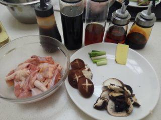 荷叶冬菇蒸滑鸡,4、第四步, 腌制好的鸡肉,按顺序加入材料, 耗油(提鲜) 酱油(提味) 老抽(提色) 糖(提亮) 麻油(提香) 混合均匀即可加入 生粉(生粉在70℃左右就会凝结,所以加入生粉,可以在高温的蒸煮过程中,让鸡肉凝结一层保护膜,锁住鸡肉内部的水分,让鸡肉多汁) 花生油(可有可无,让鸡肉更香而已,如果没有,普通的油也可以)