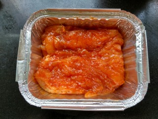 牛油果鸡肉沙拉,腌制好的鸡肉放在锡纸盒里,烤箱200度烤15分钟。没有锡纸盒的,烤盘铺上锡纸烤。