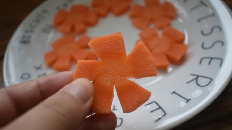 厨房挑战+素菜+蒜蓉西兰花,<a style='color:red;display:inline-block;' href='/shicai/ 25'>胡萝卜</a>去皮,切成片即可。我是为了美观,又做了个花型的小造型。