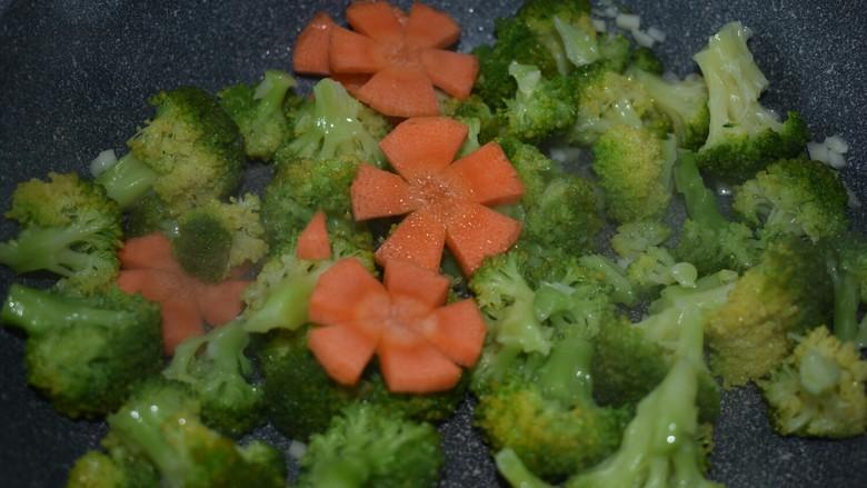 厨房挑战+素菜+蒜蓉西兰花,还有胡萝卜,迅速翻炒