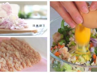 馄钝皮鸡肉蔬菜盒子,洋葱切丁,鸡胸肉剁碎,加入1个鸡蛋搅匀。1岁以上可以根据需要少加盐。 >>还可以让最终的馅更湿润,多加一步:鸡肉剁好后,先打一个鸡蛋进去,顺时针搅拌,让鸡肉吃饱蛋液最终馅会更湿润。混合的时候再打一个鸡蛋。