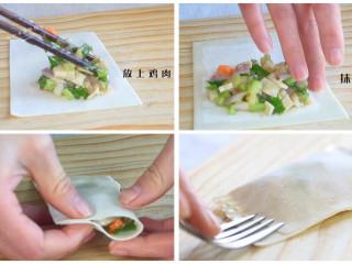馄钝皮鸡肉蔬菜盒子,馄饨皮展开,在半边放上鸡肉蔬菜馅,抹一圈水。合起来捏紧,用勺子在两边压出花纹。我们这里的馄饨皮都是这样梯形的,很多地方都是正方形。