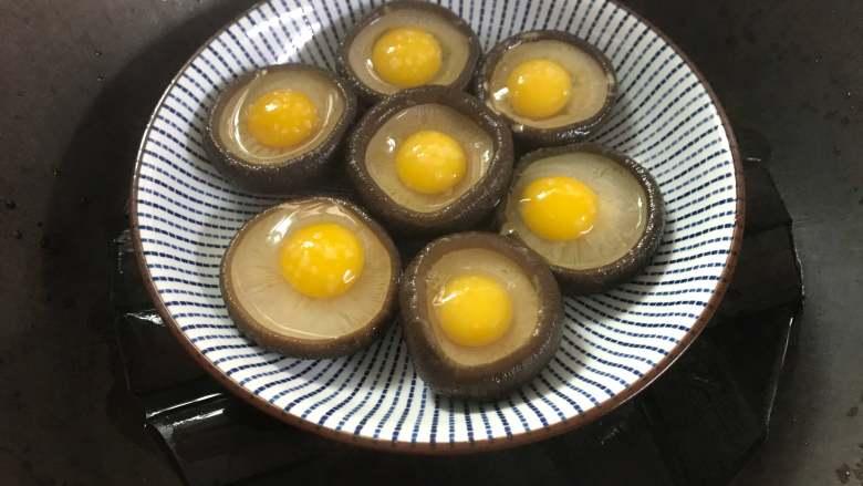 香茹蒸鹌鹑蛋,入蒸锅,水开后蒸10分钟左右。