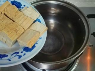厨房挑战+素菜+香菜枸杞麻油香糕,小锅烧开水,放香糕烧开